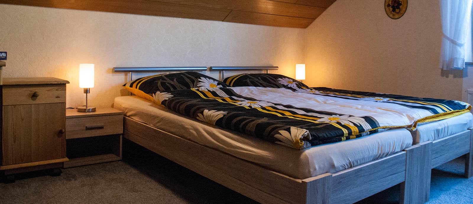 Schlafzimmer. Hier Befinden Sich 2 Betten, Welche Sich Nach Wunsch Einzeln  Oder Zusammen Stellen Lassen. Weiterhin Stehen Ihnen Im Zimmer Ein  Kleiderschrank ...